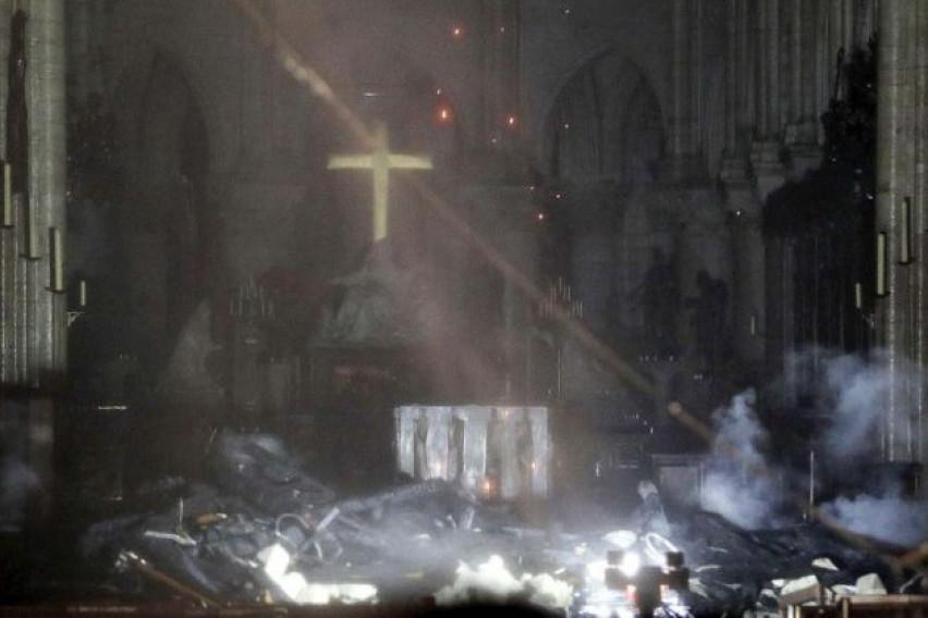 Чудо во Нотр Дам: Кога пожарникарите конечно влегле во катедралата, забележале нешто неверојатно
