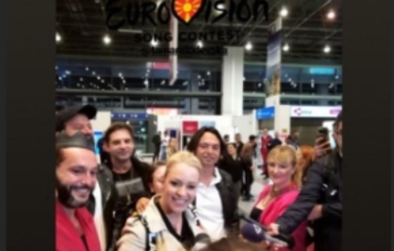"""""""Proud"""" ечеше на скопскиот аеродром: Македонскиот тим се врати дома – еве ја еуфоричната атмосфера  (фото)"""