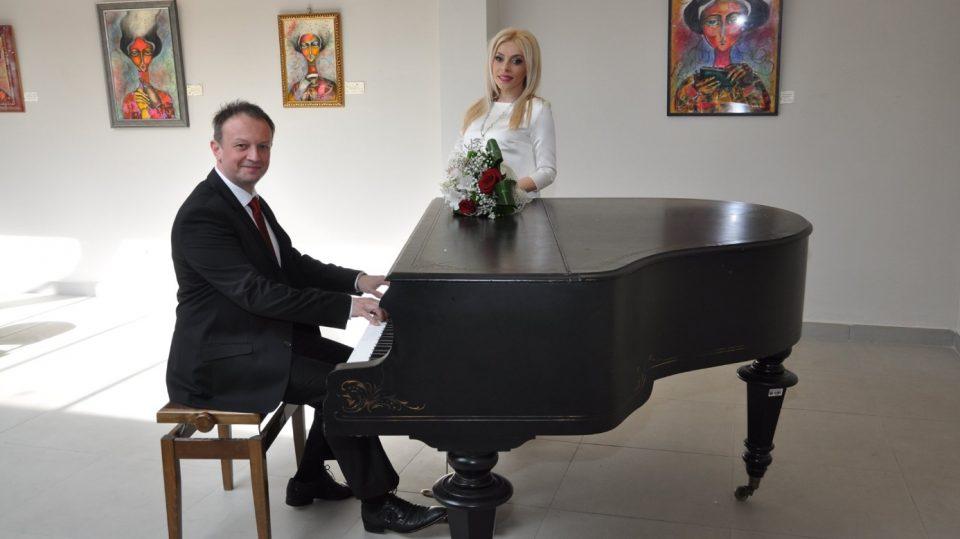 """По 18 години водење љубов, Катерина и Трајче од групата """"Соната"""", се венчаа: Пејачката е во осмиот месец на бременоста па затоа, прво принова, па после свадба! (ФОТО)"""