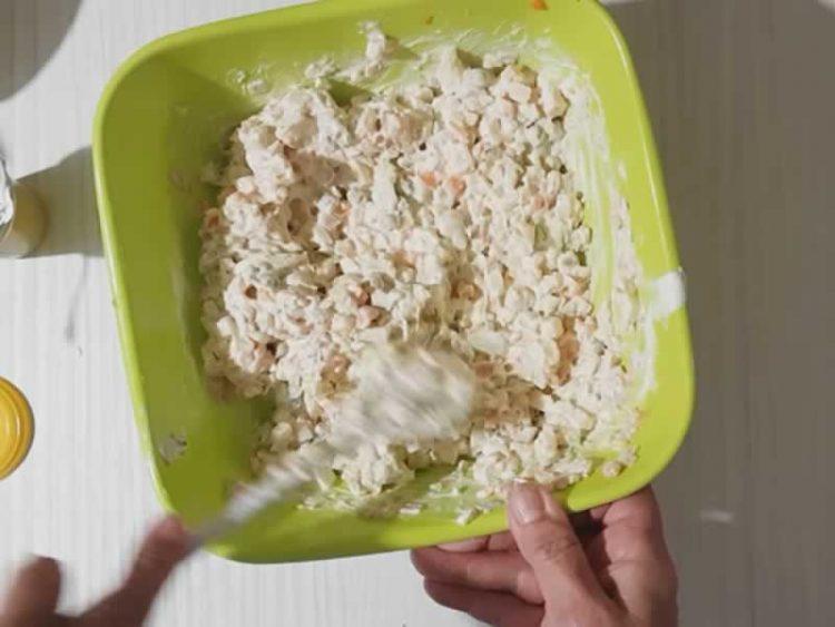 Салата со велигденски јајца – искористете ги наместо да ги фрлите