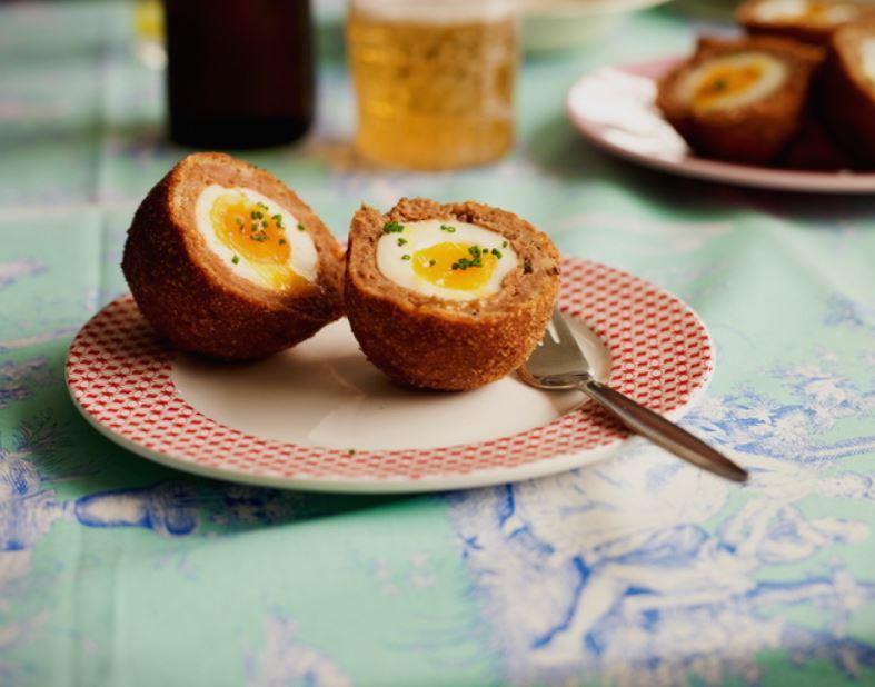 Ви треба само парче леб, неколку јајца и малку мелено месо- направете ги највкусните шкотски јајца