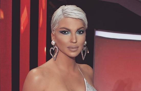 """Ова не личи на неа: Карлеуша се појави со демоде изглед во """"Ѕвездите на Гранд"""" – како исфрлена од 90-тите (фото)"""