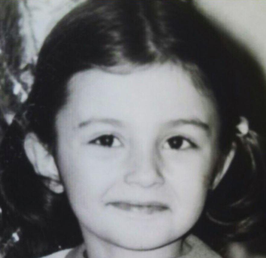 Некогаш мало преслатко девојче, а денес успешна во својата професија: Ќе погодите ли која македонска пејачка е на фотографијата?