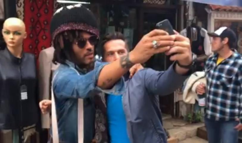 Лени Кравиц прошета низ Скопје: Министерот за рокенрол опуштен и расположен за прегратка со секого (видео)