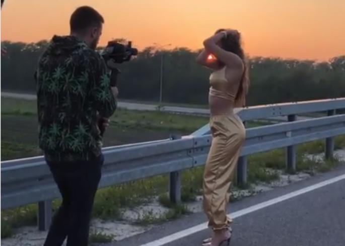 Jезиво: Автомобил налетал на српската пејачка додека снимала спот! (видео)