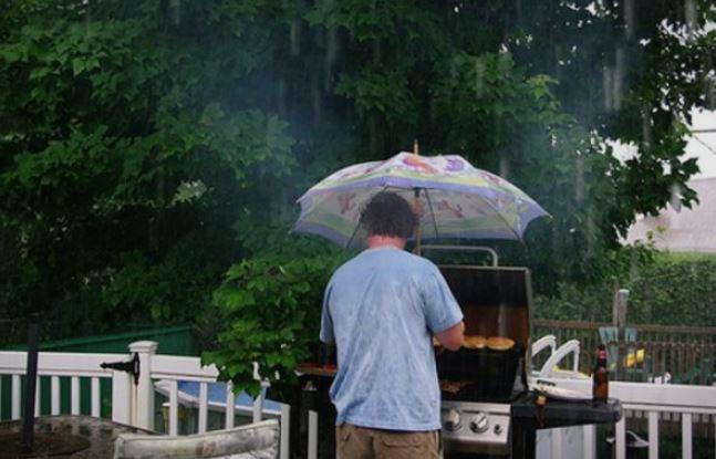 Дождот неизбежен дел од први мај: Утрово сончево и топло, попладне засолнете се под стреа!