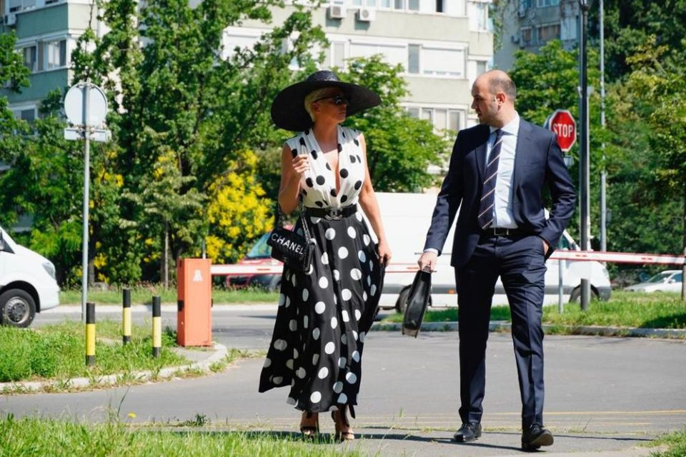 """Ќе ги закопат ли """"воените секири""""? Јелена Карлеуша пристигна на судењето со Цеца (фото)"""