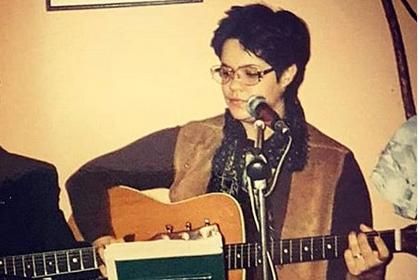 Ќе го препознаете ли ова девојче, тогаш уште тинејџерка, денес многу повеќе од музичар? (ФОТО)