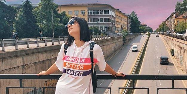 Папарацо: Вака се разладува Јелена Спенџарска на високи температури (фото)