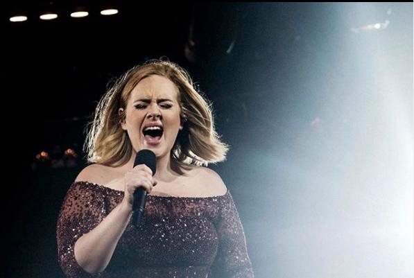 Буцката Адел е минато: По разводот пејачката се преполови и изгледа бомбастично! (фото)