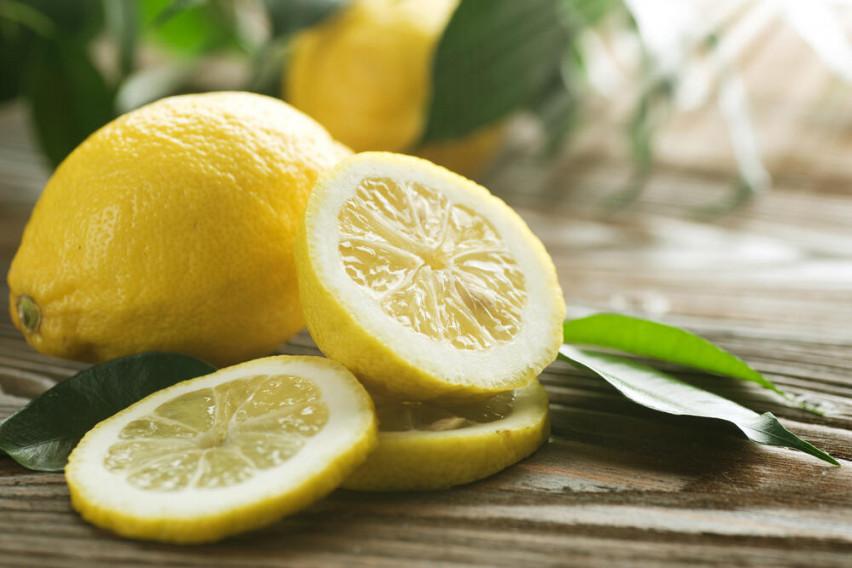 Не ја фрлајте кората од лимон: Поздрава е од сокот, а еве за што сè може да ја користите