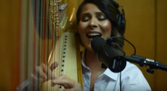 """Сара Мејс со комплетно музичко ослободување за """"Бакар боја"""" (видео)"""