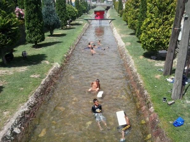 Како се разладуваат Македонците на пеколните жештини (ФОТО)