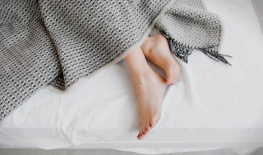 Имате проблем да заспиете бидејќи ви е топло? Овие трикови ќе ви помогнат!