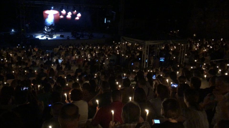 Дуке Бојаџиев со моќен апел –  на неговиот концерт синоќа гореа 1076 свеќи за спас на Охрид и крајбрежјето!