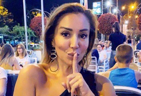 """Лила во """"грчка поза"""" на јахта: Грчкото знаме на погрешно место или водителката ја наместија во грешен кадар? (ФОТО)"""