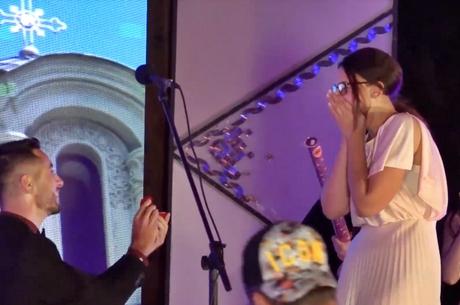 """Сашо Костадиновски од триото """"Кладенец"""" среде настап на фолк фестивалот во Лешок ја побара девојката за жена (ВИДЕО)"""
