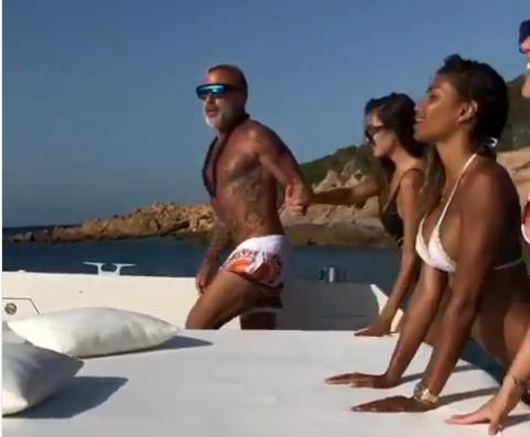 """Италијанскиот милионер Џанлука Ваки плескаше четири жешки """"риби"""" по голите га*иња,  но на некои не им се допадна неговиот """"валкан танц"""" (видео)"""