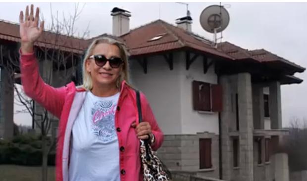 Со три кујни и посебна куќа за вработените: Весна Змијанац ги отвори вратите од својот дом (видео)