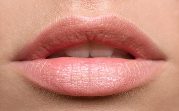 Како да ги зголемите усните на природен начин?