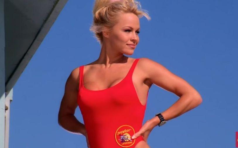 """Дива """"спасителка"""": Памела Андерсон откри дека се уште го носи црвениот костим само за секс игри!"""