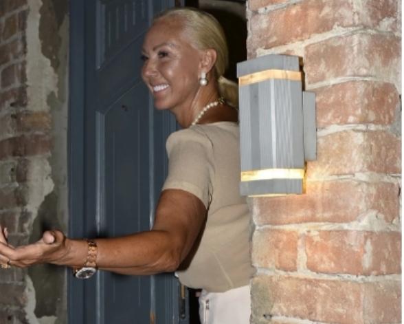 Лепа Брена на роденденот на Филип се појави со огромен вентилатор, а зборовите со кои се обрати се тотален хит! (фото)
