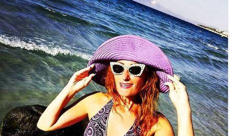 Жежок поздрав од плажа: Сузана Турунџиева во бикини изгледа како авион (фото)