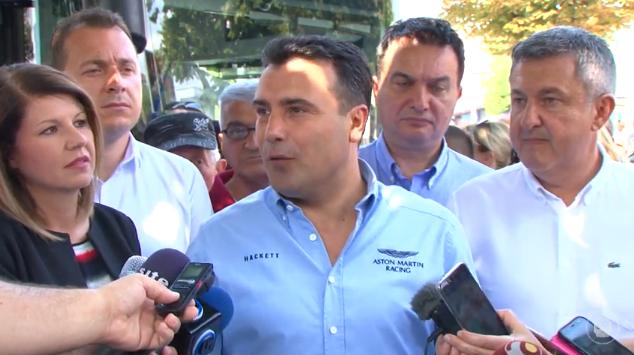 Зоран Заев бетер од Боки 13: Се појави во кошула од 200 евра, колку што е платата во Македонија на оние што цел месец шијат кошули за тие пари!  (ФОТО)