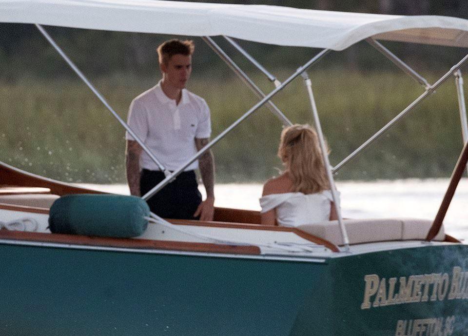 Пристигнаа со глисер: Први фотографии од пробата за свадбата на Џастин Бибер и Хејли Болдвин