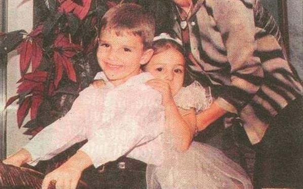 Вака изгледаа како мали: Ќе ги препознаете ли познатите брат и сестра, децата на најголемата балканска ѕвезда? (ФОТО)
