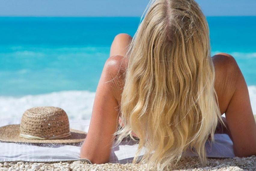 Суви, испукани и безживотни врвови: Како да ја регенерирате косата по одморот?