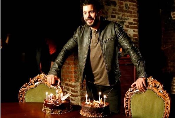 Бариш Ардуч, најпосакуваниот турски ерген славеше роденден: Дуваше свеќи, се забавуваше и пееше во живо заедно со бенд – еве како изгледаше тоа (видео)