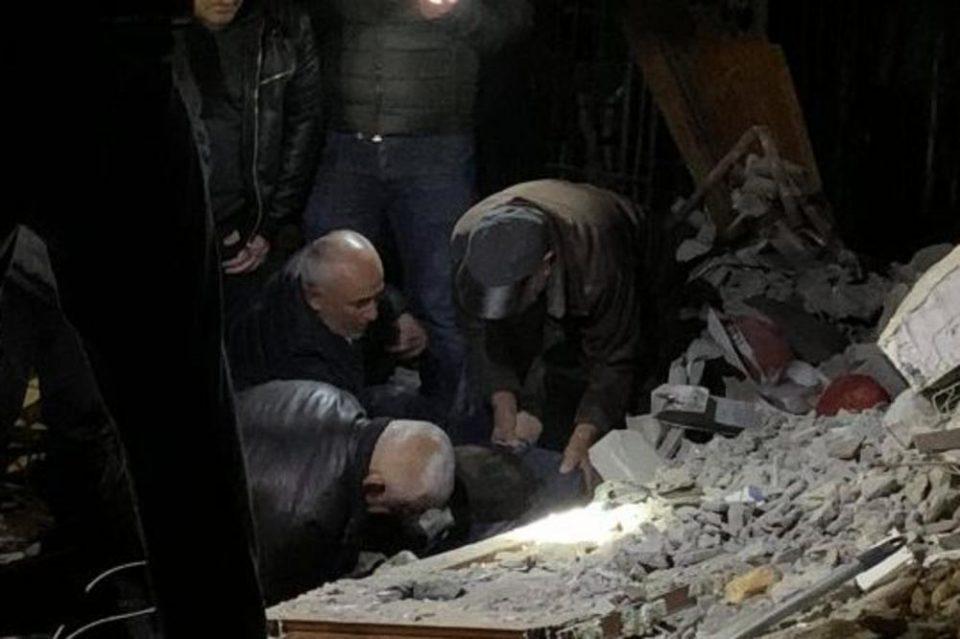 Призор кој ја кине душата: Дедо бил извлечен жив, но починал од болка, веднаш откако дознал дека внукот му останал под урнатините (ФОТО)
