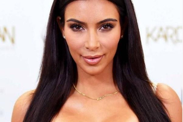 Осамнаа болни фотографии од Ким Кардашијан: Лепливата лента со која и ги лепеле и подигале градите за да и изгледаат совршено и ја одрала кожата (ФОТО)