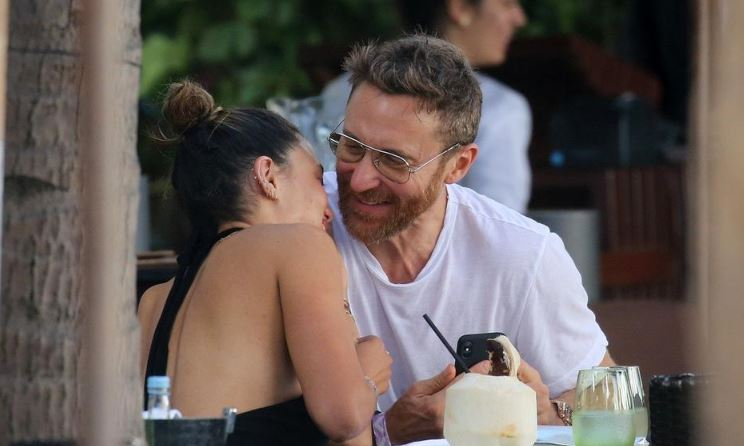 Дејвид Гета уловен со атрактивна девојка како ужива на плажа (фото)