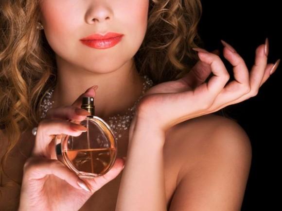 Како правилно да нанесте парфем кој ќе ви трае подолго?