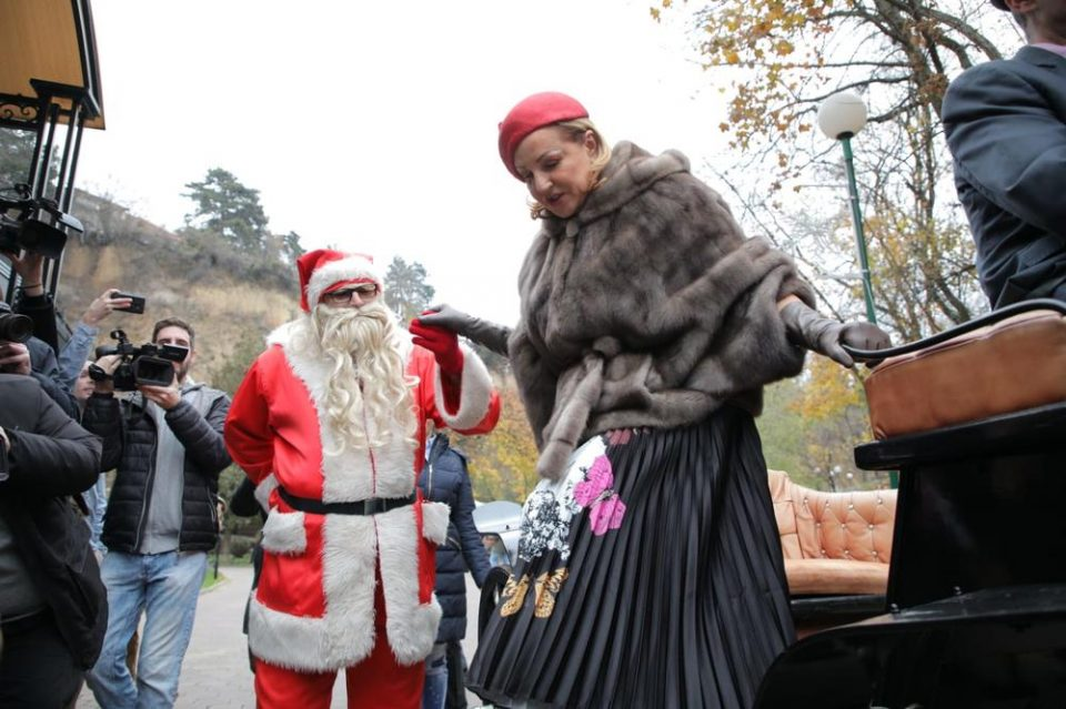 Ана Бекута како предпразнична придружба на Дедо Мраз: Му се качи во кочијата, па запеа (ФОТО)