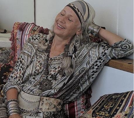 Таа има 60 години и е ѕвезда на Инстаграм