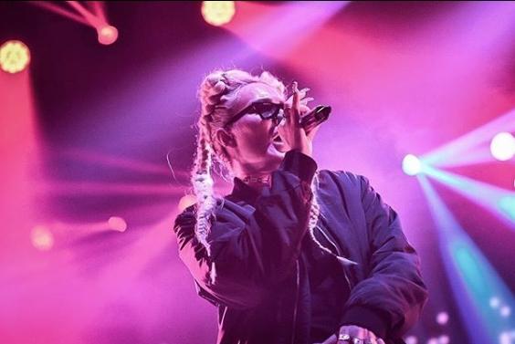 На Сенидах и се слошило на настап: Пејачката итно пренесена со брза помош во болница (фото)
