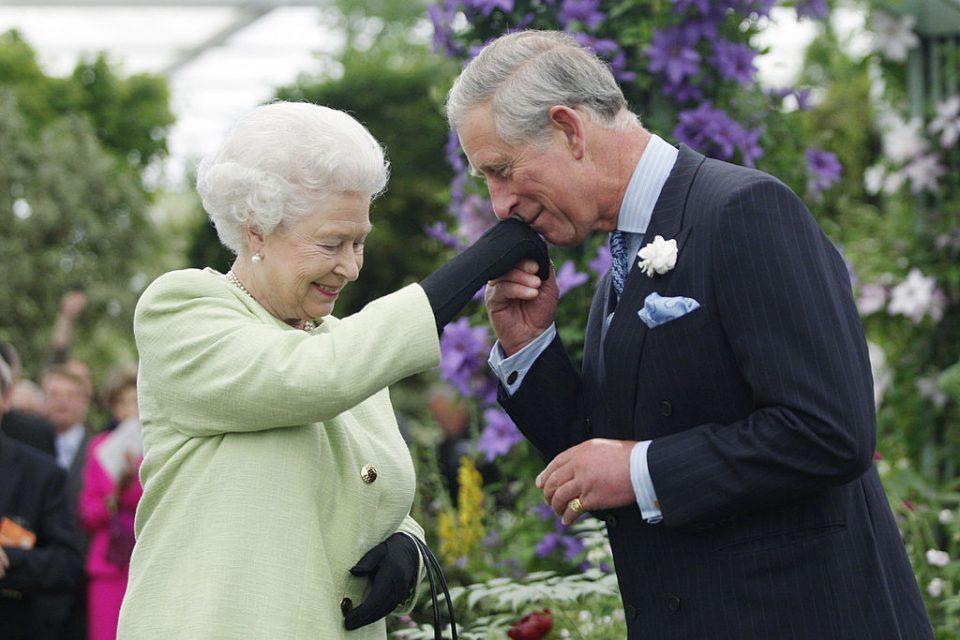 Промени во кралското семејство: Кралицата Елизабета оди во пензија, а принцот Чарлс се подготвува да стане крал за 18 месеци?