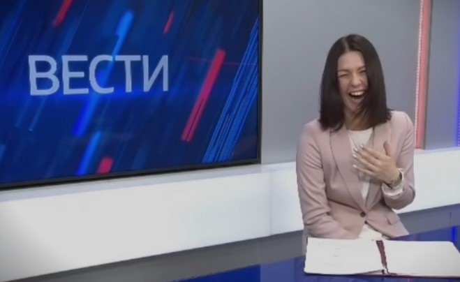 Спикерка ги прекина вестите поради неконтролирано смеење (ВИДЕО)