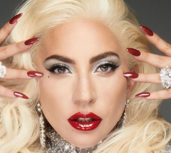 Лејди Гага со една објава на социјалните мрежи ја потврди врската со новото момче (фото)