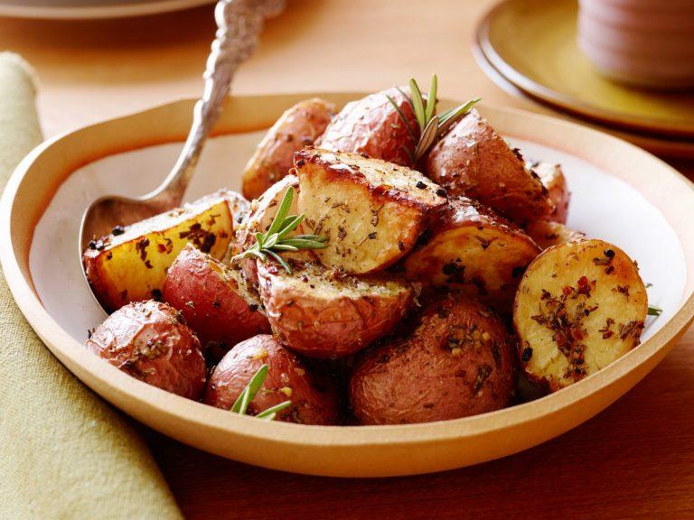 Како да ги испечете највкусните компири кои некогаш сте ги пробале?