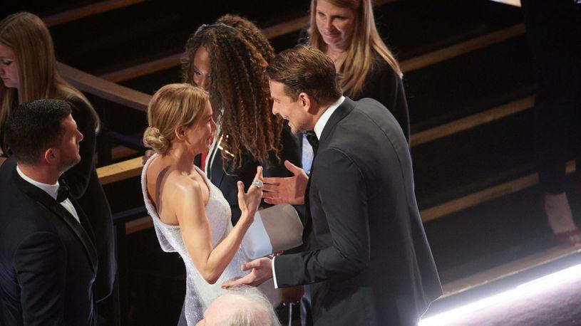 """Бредли Купер """"фатен"""" со поранешната девојка на доделувањето на """"Оскарите"""" (фото)"""