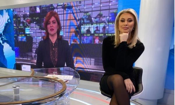 """Меѓуножна панорама: Водителката на утринската на ТВ """"Пинк"""", Дајана Пауновиќ прекрсти нозе, па минифустанчето и се поткрена малку повеќе од што треба… (ФОТО)"""