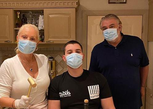 Хит снимка од домот на Живојиновиќ: Лепа Брена и семејството со фул опрема во карантин имаа убав повод за славење (видео)