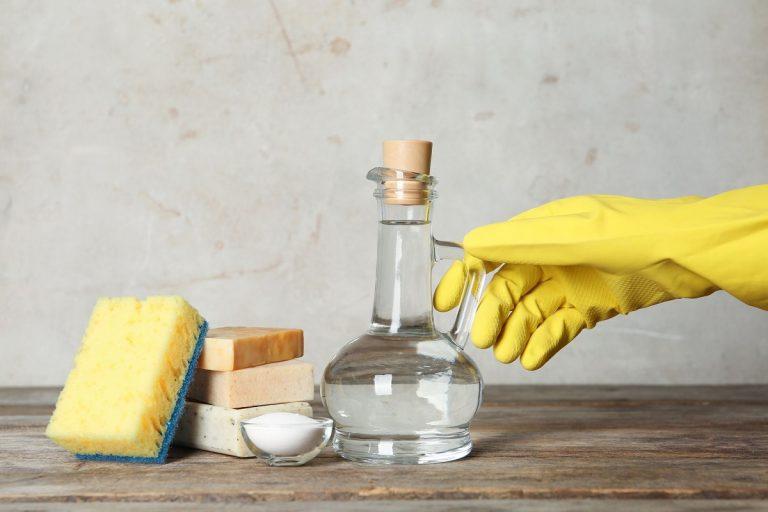 Одличен е, но не за сè: 4 предмети што никогаш не треба да ги чистите со оцет