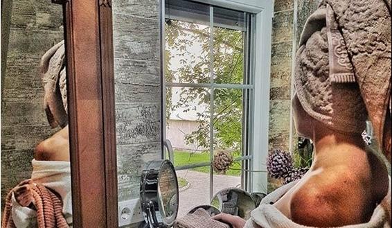 Лидија Вукиќевиќ е секс бомба и во шестата деценија: Разголена само по бањарка во бањата, актерката покажа што е еротика со стил (ФОТО+ВИДЕО)