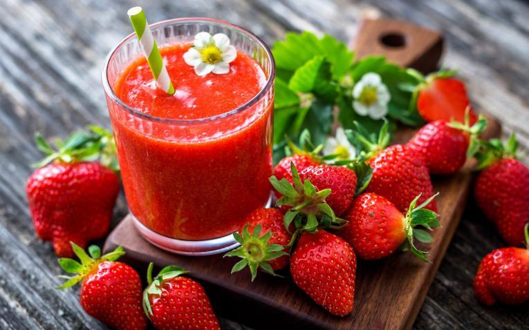 Направете домашен свеж сок од јагоди
