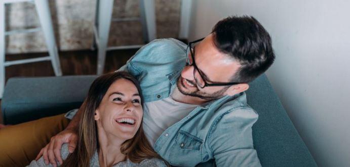 Експертите откриваат: Зошто хуморот е толку важен во врската?